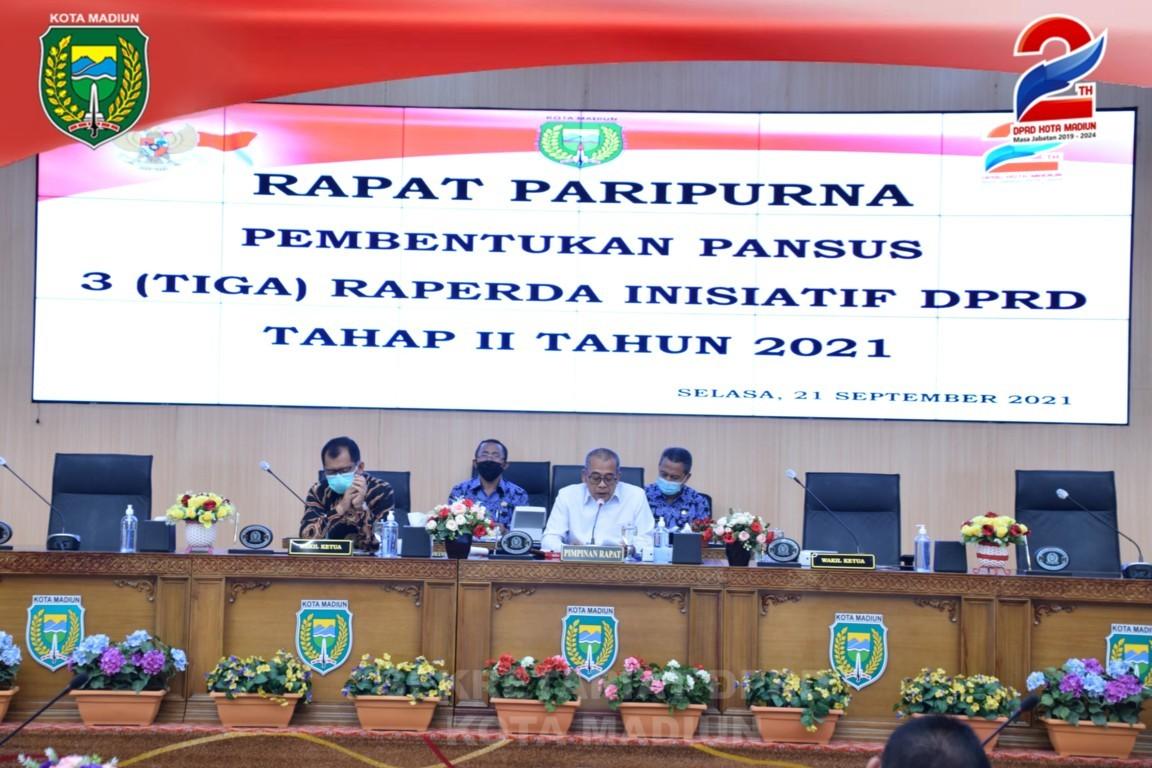 RAPAT PARIPURNA PEMBENTUKAN DAN PENETAPAN SUSUNAN KEANGGOTAAN PANITIA KHUSUS (PANSUS) DPRD PEMBAHASAN 3 (TIGA) RAPERDA  INISIATIF DPRD KOTA MADIUN TAHAP II TAHUN 2021